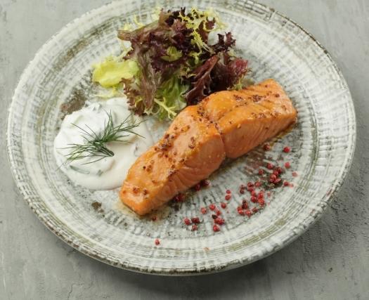 Стейк из лосося со свежим огурцом и миксом салата